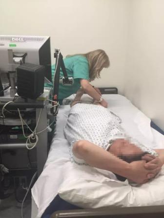 老爸在医院做检查
